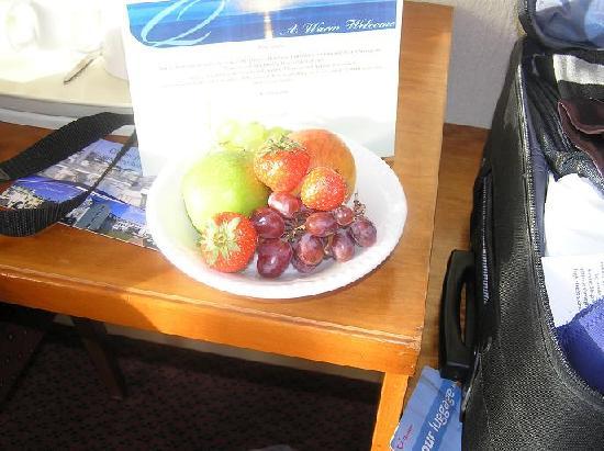 Queens Hotel: fruit in room on arrival