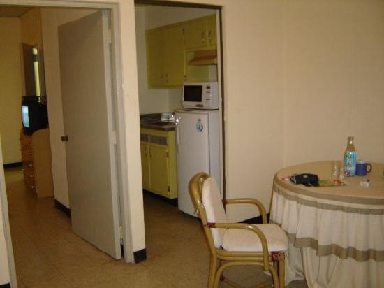 Davis Suites: cocineta y sala