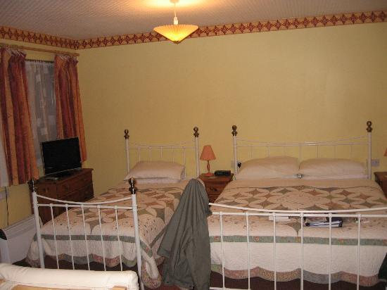 Amalfi Bed & Breakfast: Large Bedroom with Ensuite Bath