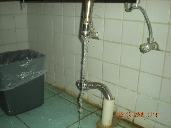 Da Hong Yun Hotel: unconnected water pipe