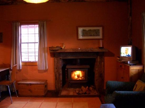 Brickendon Estate: Warm fire to greet you at Pumpkin Cottage