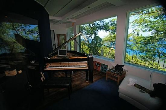Geejam : There was a full blown recording studio with an English Neve mixing board....
