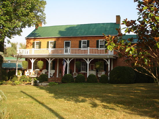 Maxwell Manor Bed and Breakfast: The front of the house.