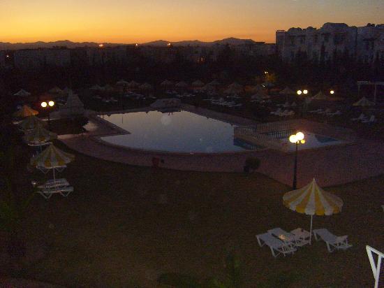 Hotel Green Golf : la piscine vue de la chmabre