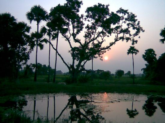 Vest-Bengal, India: The Setting Sun Amidst the Lonely Horizon