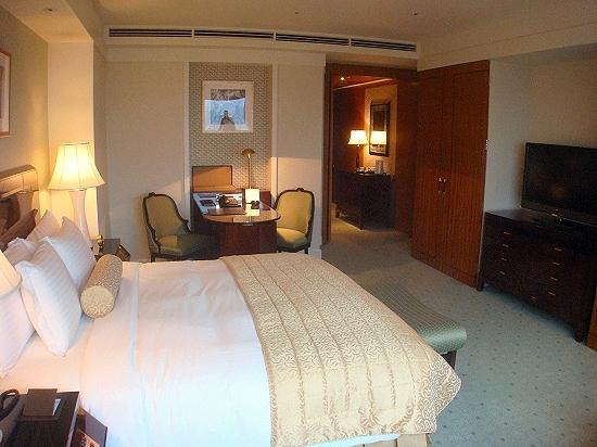 The Ritz-Carlton Tokyo: The Club Deluxe room - The LCD TV, the work table and unattractive chairs
