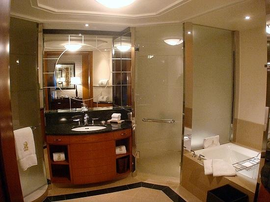 The Ritz-Carlton, Tokyo: The Club Deluxe room - The bathroom with the view of the tub