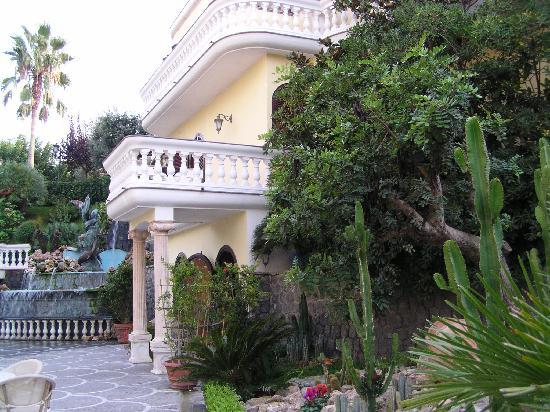 Grand Hotel Le Zagare: Secondary Building and Fountain