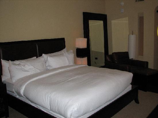 Hotel Valencia - Santana Row : clean room with modern asian flair