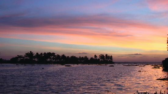 Alappuzha, Hindistan: Sunset, backwaters in Kerala.