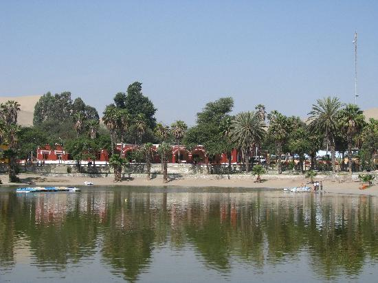 Huacachina, Pérou : Viewo of hotel from oasis