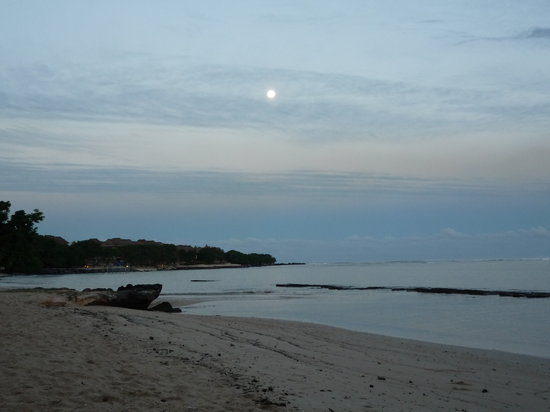 Maritim Resort & Spa Mauritius: The moon early morning from the beach