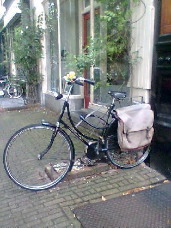 't Hotel: Bicicleta en la puerta del hotel