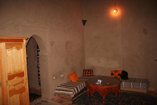 Guest House Merzouga: coin salon dans la chambre