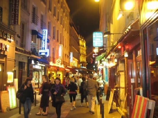 Les Argonautes: the Latin Quarter at night