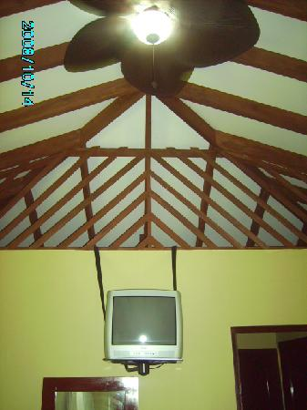 Hotel Manatus: A/c, fan, TV, its not really roughing it :-)