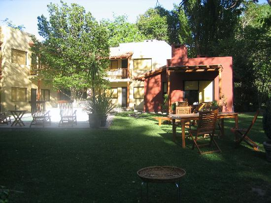Postales Hotel Boutique - Chacras de Coria: Wide shot of the lodge