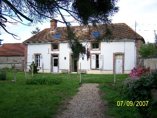 Chateau de Jonvilliers Bed & Breakfast: Front view of cottage