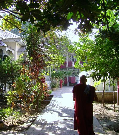 Mandalay, Birmânia: Mahagandhayon Monastery living quarters