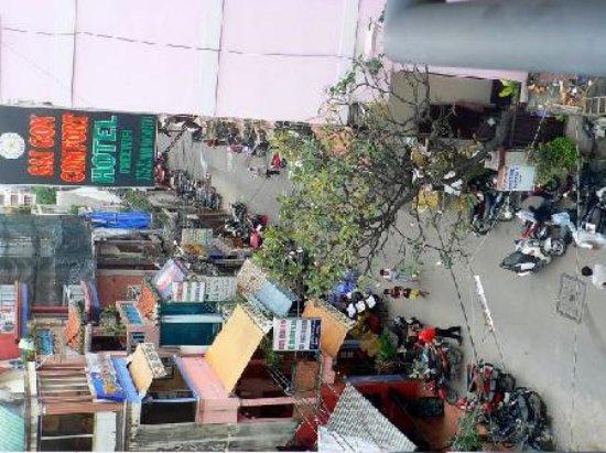 Lac Vien Hotel: Street scene from hotel window