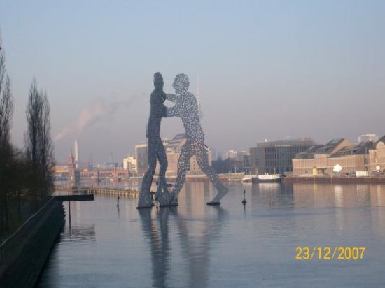 treptower park molecule man picture of berlin germany tripadvisor. Black Bedroom Furniture Sets. Home Design Ideas