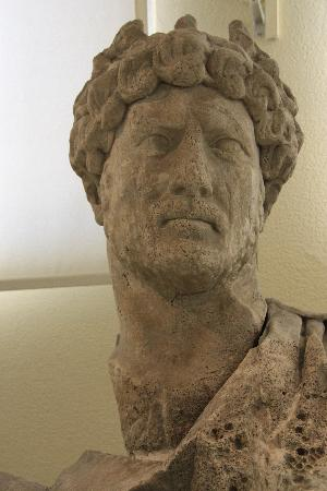 Piraeus, Grækenland: Head of emperor Hadrian