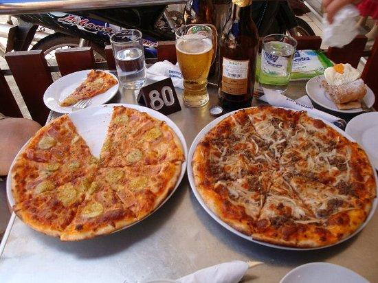 Swedish Pizza & Baking House: ケーキにおとらずピザもグー。特に左はバナナにカレー味で美味しい。
