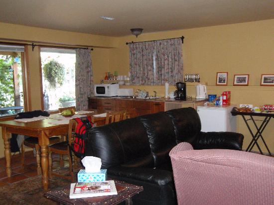 Bed & Breakfast on Mountain Lane : Kitchen/Dining Area