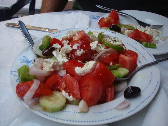 Aspro Alogo: Yummy Greek Salad!
