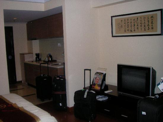 Dingtian Ruili Service Apartment and Hotel: Room with kitchenette