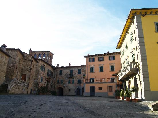 Pergine Valdarno, Italy: The town square right outside the door
