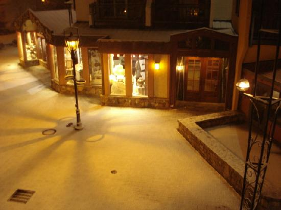 Arrabelle at Vail Square, A RockResort: Our view from balcony at night