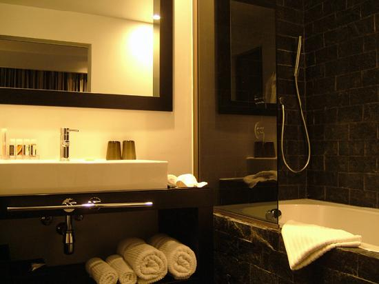 Hotel Be Manos, BW Premier Collection: Funky bathroom with seperate toilet