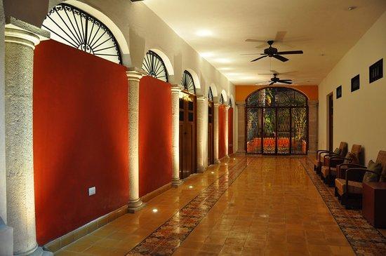 Luz En Yucatan : Hallway to pool - Night view