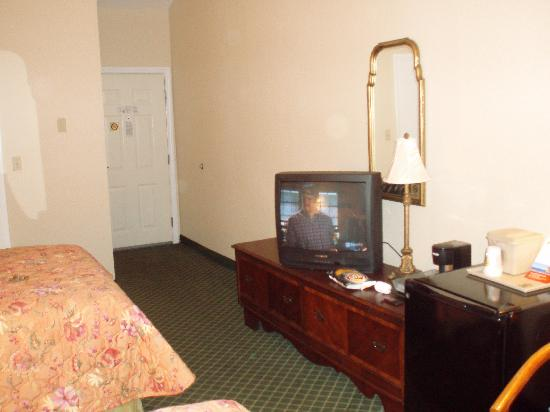 Super 8 Sturbridge: Room view 2