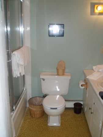 Season's Pass Inn: Bathroom