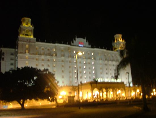 Hotel Riu Palace Pacifico: View of hotel at night