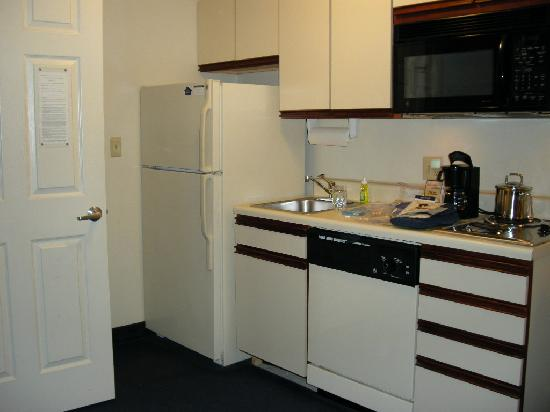 Candlewood Suites Fairfax: our efficient and well stocked kitchen