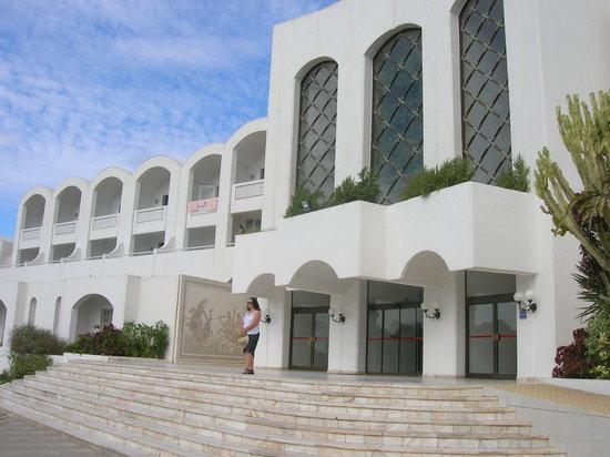 Kuriat Palace: Front of Kurait Palace Hotel