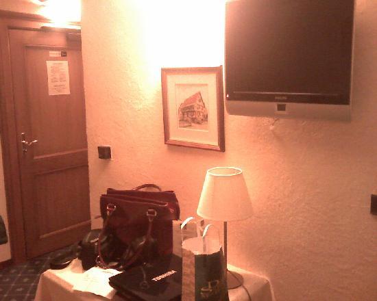 Hotel Pere Benoit : Door, small desk, TV