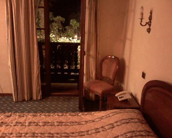 Hotel Pere Benoit : Bed and door leading to balcony