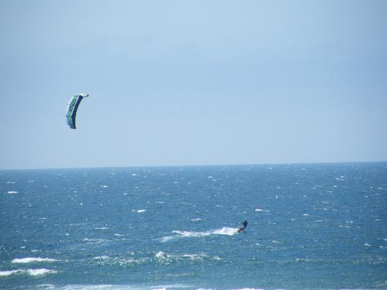 Spindrift Inn: kite surfers at manzanita beach