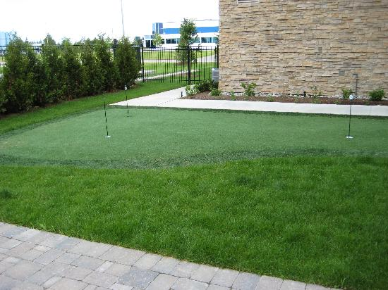 Staybridge Suites Guelph: Putting Green outside Hotel