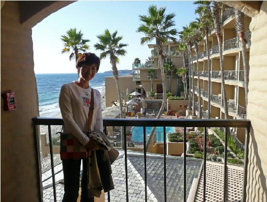 Surf & Sand Resort: 廊下から見た