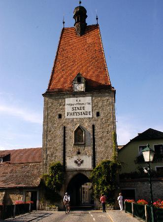 Hotel Deim - Gasthof Zum Goldenen Hirschen: una porta della cità di Freistadt