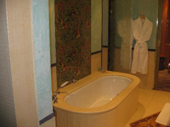 Carlton Hotel St. Moritz: bathtub