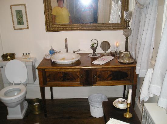Cartersville, VA: Ampthill Plantation - Magnolia room vanity