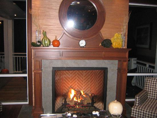 Inn By the Sea: Nice cozy fireplace in the bar/lounge area