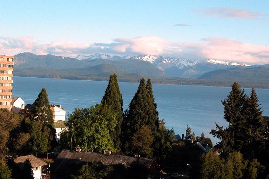 Hotel Carlos V Patagonia Bariloche: Vista  dalla camera  dell'Hotel Carlos V sul Lago