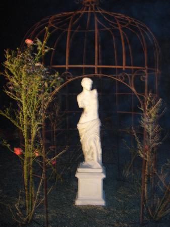 Hostellerie de la Hauquerie-Chevotel : The grounds at night